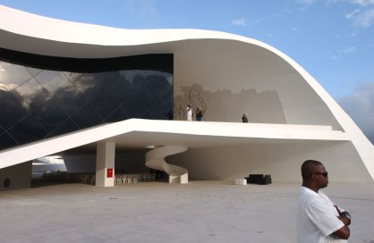 oscar_niemeyer25_theatre-at-niteroi-2007g-bizzarri