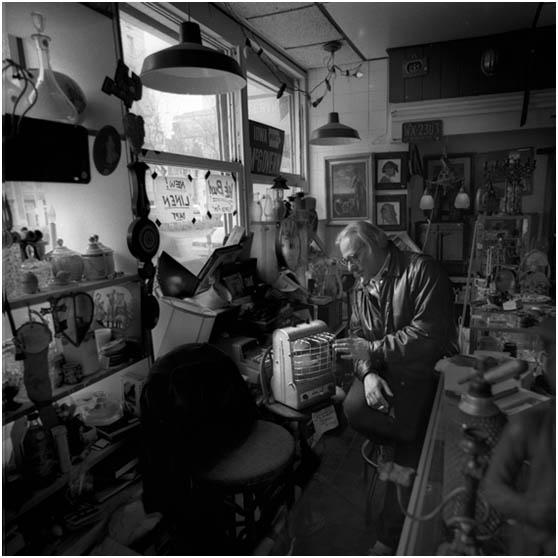 Πορτρέτο του Bill Stettner στο παλιατζίδικο του «The Garage Sale» στη Νέα Υόρκη © Peter Adams,  1991