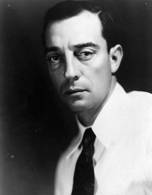 «Δεν φαίνεται στην κάμερα, αλλά κοκκινίζω συχνά».ΣΑΝ ΣΗΜΕΡΑ, την 1η Φεβρουαρίου 1966, έφυγε από τη ζωή ο Buster Keaton (1895-1966).