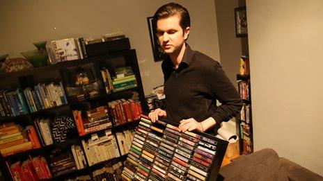 Ο Craig Proulx έχει πετάξει τα γρατζουνισμένα του CD αλλά κρατά ακόμα τις κασέτες που είχε από παιδί.