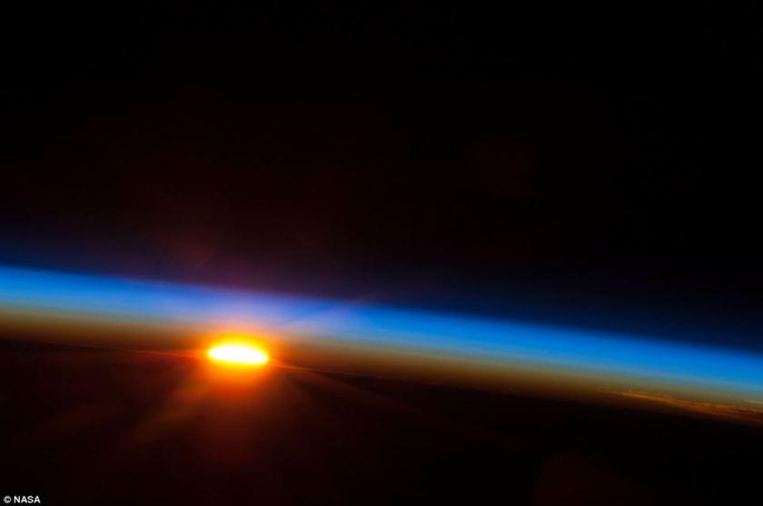 Η ανατολή του ήλιου όπως την απαθανάτισε ένα μέλος της 35ης αποστολής του International Space Station.