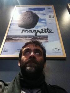 Στον προθάλαμο του μουσίου Magritte, ο αρχισυντάκτης του dim/art το μόνο που φοβάται είναι να μην του πέσει ο σουρεαλισμός στο κεφάλι.