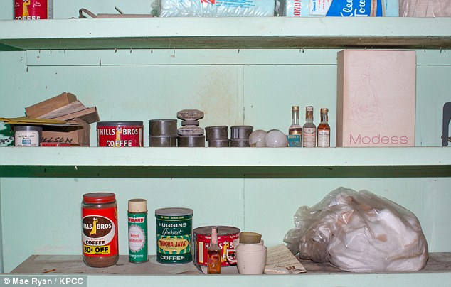 Αποθήκη τροφίμων εποχής: Φαγητά και ποτά, περιλαμβάνεται και καφές σε κονσέρβες, άθικτα αφημένα στο καταφύγιο των Woodland Hills.