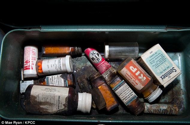 Το φαρμακείο: Ένα δοχείο που περιελάμβανε υπνωτικά χάπια και άλλα φάρμακα βρέθηκε μέσα στο καταφύγιο.