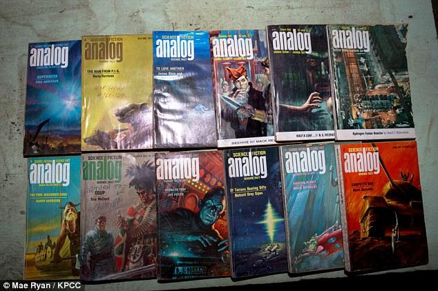 Υλικό για διάβασμα: Για να διασκεδάσει την οικογένεια, ο πυρηνικός μηχανικός, έφερε μια ντουζίνα τευχών του επιστημονικής φαντασίας περιοδικού Analog.