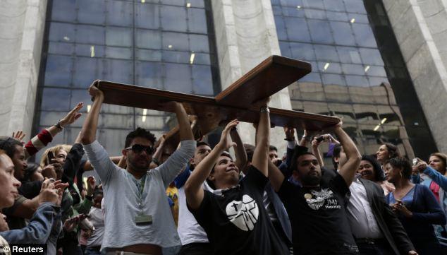 Νέοι φέρνουν τον Σταυρό στο δημαρχείο του Ρίο (φωτό: Reuters).