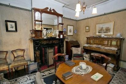 Το σπίτι μιας οικογένειας που ζούσε άνετα. Οι Straws ήταν μια εύπορη οικογένεια παντοπωλών και εμπόρων σπόρων που κατοικούσε για δεκαετίες στην Blyth Grove.