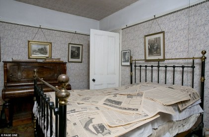 Ένα υπνοδωμάτιο από το χθες. Μετά το θάνατο του κυρίου Straw του πρεσβύτερου το πιάνο μεταφέρθηκε στο όμορφο υπνοδωμάτιό του όπου και παρέμεινε.