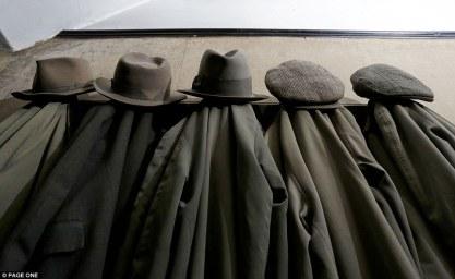 Ανέγγιχτα για δεκαετίες. Τα καπέλα και οι τραγιάσκες του κ. Straw κρέμονται πάνω από σειρές πανομοιότυπων αδιάβροχων στο χολ της στιβαρά κατασκευασμένης red brick διπλοκατοικίας στα Midlands.