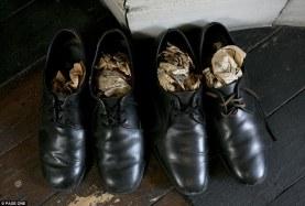 Από μια εποχή όπου τα πράγματα φτιάχνονταν για να αντέχουν. Όμορφα γυαλισμένα – αν και λείπει το ένα από τα αρχικά κορδόνια – τα δερμάτινα παπούτσια του κ. Straw είναι ακόμη ολοκαίνουρια.