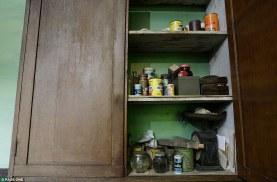 Το ξύλινο ντουλάπι στην κουζίνα το τρώει ο σκωρος αλλά εξακολουθεί να αντέχει τα ψώνια που αγοράστηκαν δεκαετίες πριν, ενώ για ανάλογο χρονικό διάστημα οι παλιομοδίτικες ζυγαριές δεν έχουν ζυγίσει απολύτως τίποτα.