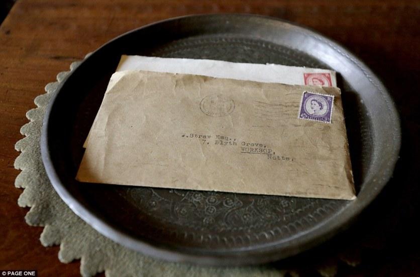 Παλιές επιστολές με επιμελώς δακτυλογραφημένες διευθύνσεις βρίσκονται σε ένα μεταλλικό δίσκο προορισμένο γι αυτές. Φαίνεται πως έχουν ανοιχτεί με χαρτοκόπτη.