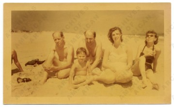 Jackson Pollock, Clement Greenberg, Helen Frankenthaler, Lee Krasner and an unidentified child at the beach, July 1952