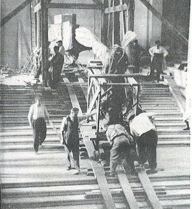 Η «Νίκη της Σαμοθράκης» κατεβαίνει τη σκάλα για να προστατευθεί από πιθανούς βομβαρδισμούς. Noel de Boyer, 1939.