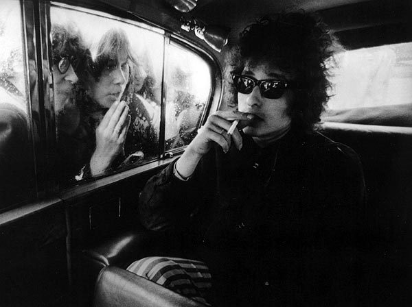 1-bob-dylan-barry-feinstein-photography-barry-feinsteins-image-of-bob-dylan-in-london-as-fans-look-into-the-singers-limousine-la-times