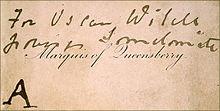 Το «επισκεπτήριο» που άφησε ο πατέρας του Άλφρεντ Ντάγκλας στη λέσχη του Ουάιλντ («For Oscar Wilde, posing somdomite» [sic]) και αποτέλεσε το έναυσμα για τις δικαστικές περιπέτειες και την καταδίκη του συγγραφέα.