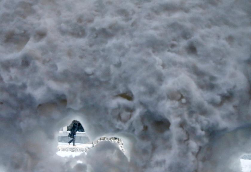 Jim Young / Reuters: Ένας άνθρωπος περνά βιαστικός μια χιονισμένη στάση λεωφορείου στο κέντρο του Σικάγου.