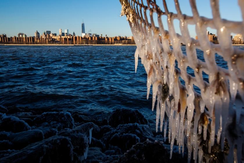 Lucas Jackson / Reuters:  Σχηματισμοί στον πάγο, στο Ίστ Ρίβερ, Νέα Υόρκη.