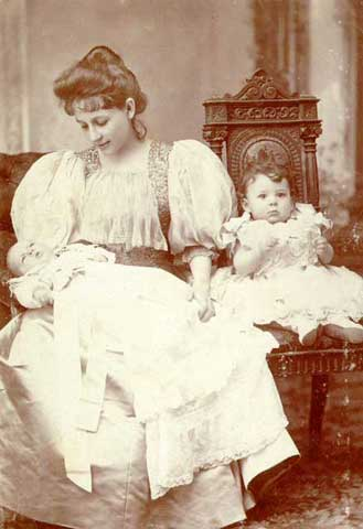 Η Πηνελόπη με τις δύο κόρες της