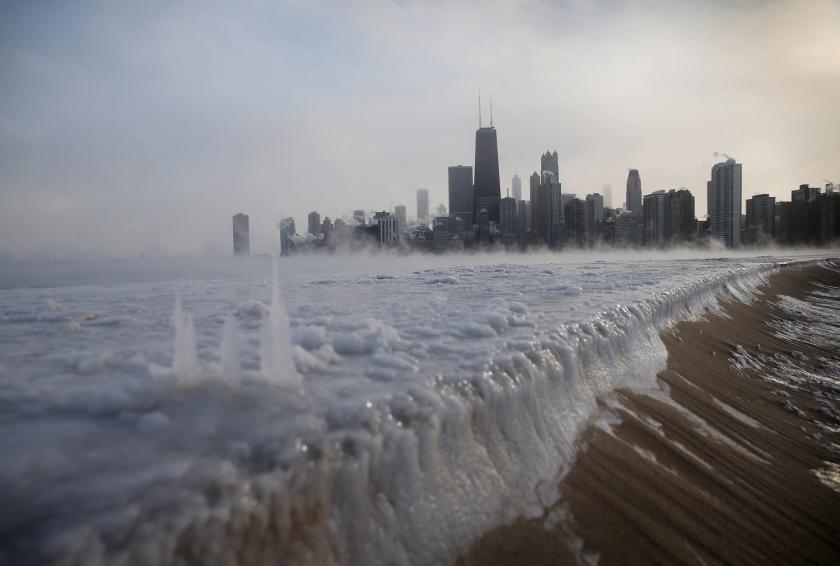 Scott Olson / Getty: Παγωμένη η λίμνη του Μίτσιγκαν στο Σικάγο.