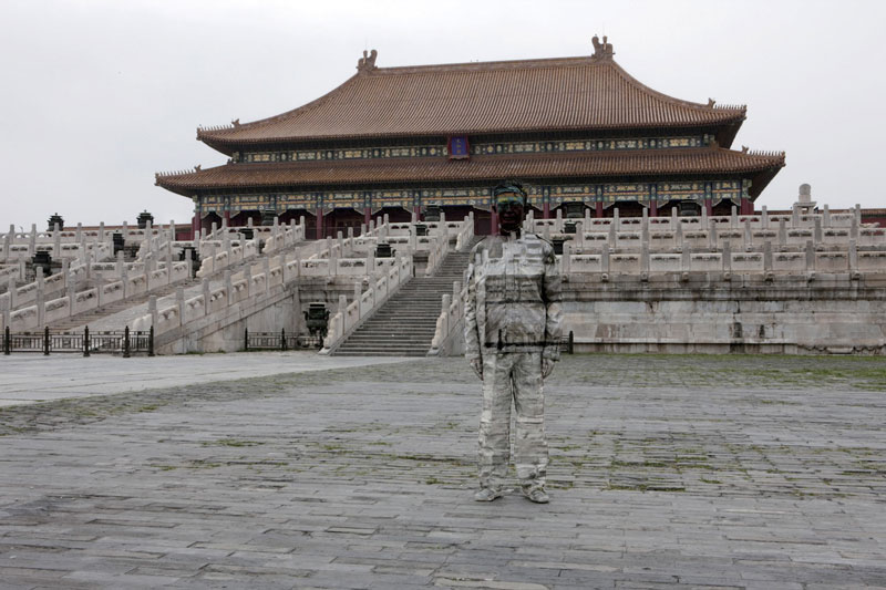 15 liu-bolin-art-hi-res-hide-in-the-city-china-camouflage-painting-12