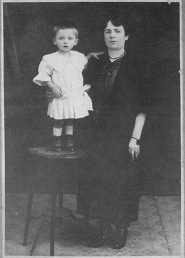 Sinopoulos, Takis-01, Me tin mitera tou (1919)