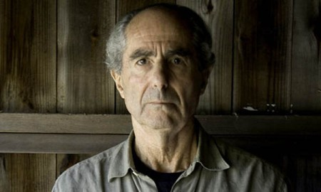 Novelist-Philip-Roth-pose-001