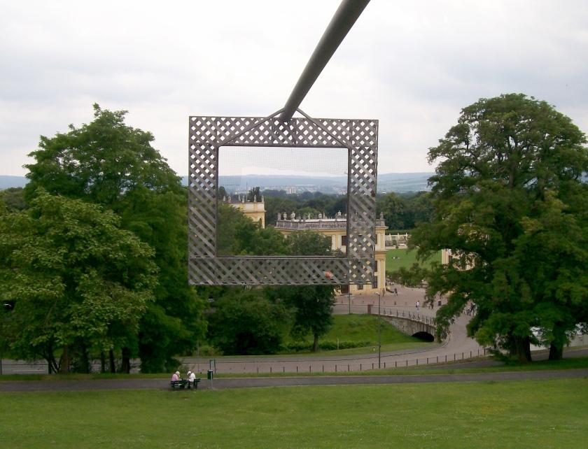 To Palais Bellevue,Μουσείο των Γκριμ,στους κήπους του Kassel, ιδωμένο μέσα από έργο της DOCUMENTA.