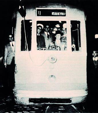 Το τελευταίο δρομολόγιο του τραμ. Εδώ εικονίζεται στην οδό Αριστείδου, ξεκινώντας για την Κολοκυνθού, όπου και τερματίζεται η ζωή του, η οποία ξεκίνησε το 1882.