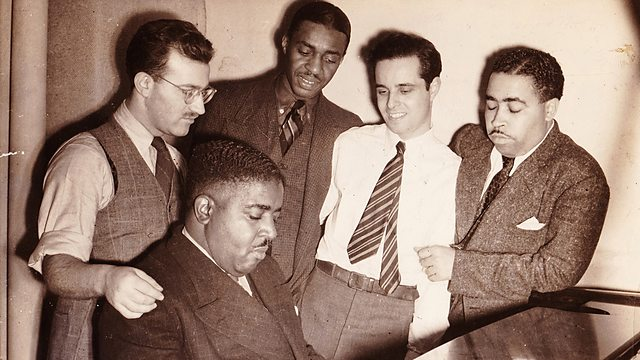 Οι ιδρυτές της Blue Note και το Pete Johnson Blues Trio: (από αριστερά προς τα δεξιά) Max Margulis, Pete Johnson, Abe Bolar, Alfred Lion, Ulysses Livingston. Φωτογραφία του Francis Wolff (1939). Ευγενική παραχώρηση της οικογένειας του Max Margulis