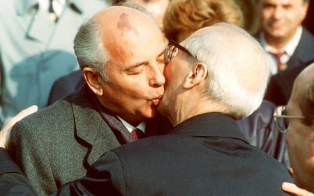 Gorbchev-honecker_3087884k