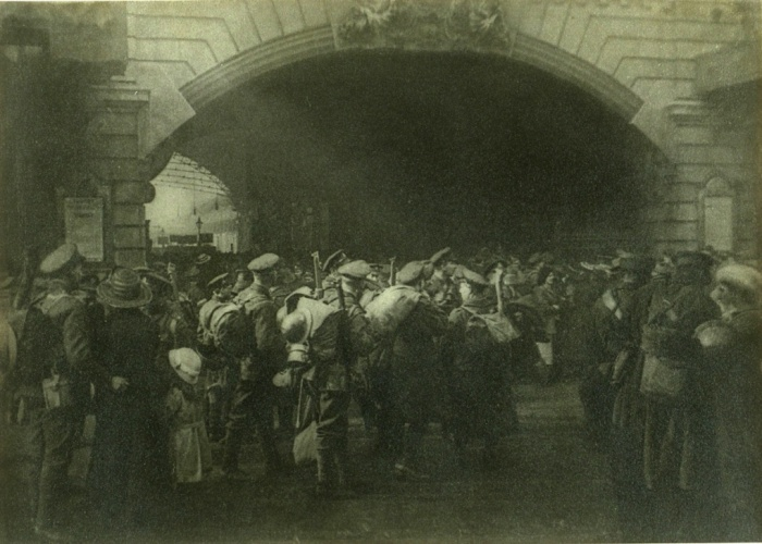 Η πύλη του αποχαιρετισμού, c 1916, Φράνσις Τζέιμς Μόρτιμερ (Francis James Mortimer). Η παραστατική εικόνα των στρατιωτών που αποχαιρετούν αγαπημένα πρόσωπα στο σταθμό Βικτώρια του Λονδίνου ήταν σύνθεση αποτελούμενη από περισσότερα από 20 πρωτότυπα αρνητικά.