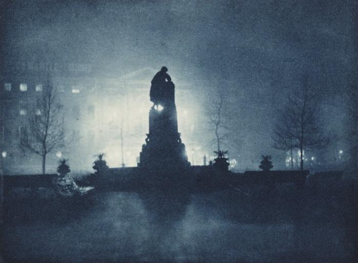 Πλατεία Λέστερ, Λονδίνο, 1896, Πωλ Μάρτιν (Paul Martin). Οι πρωτοποριακοί πειραματισμοί του Μάρτιν με τη νυχτερινή φωτογραφία κυκλοφόρησαν υπό τη εικονογραφημένης ιστορίας με τον τίτλο London by Gaslight, στο περιοδικό Amateur Photographer το 1896. Αργότερα, αποτέλεσαν πηγή έμπνευσης για τις νυχτερινές φωτογραφίες του Μανχάταν, του φωτογράφου Άλφρεντ Στίγκλιτς (Alfred Stieglitz).