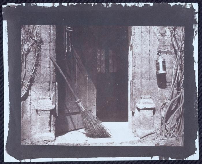 Η ανοιχτή πόρτα, 1843, Ουίλιαμ Χένρι Φοξ Τάλμποτ (William Henry Fox Talbot). Η φωτογραφία τραβήχτηκε με τη φωτογραφική μηχανή που εφηύρε ο Τάλμποτ το 1835 (και η γυναίκα του βάφτισε «ποντικοπαγίδα», διότι αυτό της θύμιζε). Είναι μια από τις πρώτες φωτογραφικές μηχανές και με αυτήν τραβήχτηκε το πρώτο «αρνητικό» στην ιστορία της φωτογραφίας.