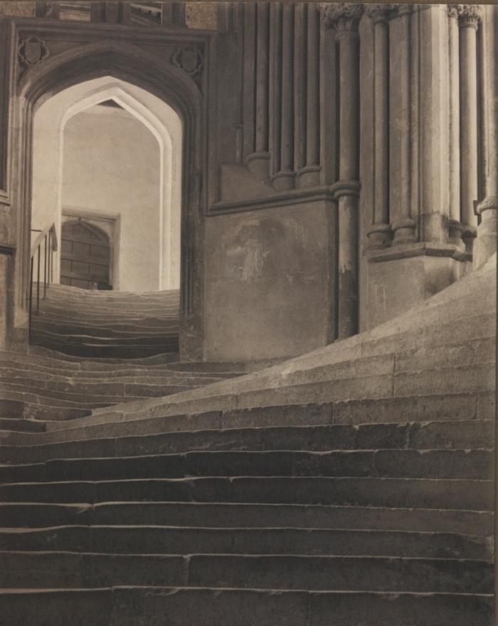 Θάλασσα από σκαλοπάτια, 1903, του Φρέντερικ Χένρυ Έβανς (Frederick Henry Evans). Ο Έβανς, φωτογράφος που έγινε γνωστός για την αρχιτεκτονική φωτόγραφία του ─και ιδιαίτερα για τις σπουδές μεσαιωνικών καθεδρικών ναών─,  χρησιμοποιεί σ' αυτή το φωτογραφία το φυσικό φως για να συνθέσει με φροντίδα αυτή την εικόνα του καθεδρικού ναού Wells.