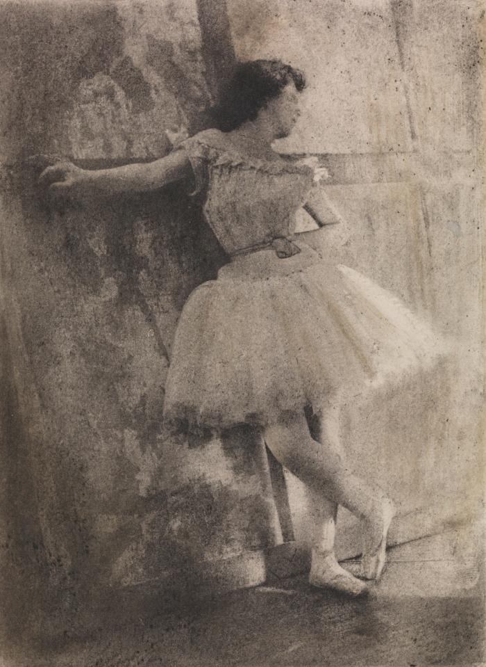 Dans les Coulisses (Στα παρασκήνια), 1906, Robert Leon Demachy. Ο γάλλος εικονογραφικός φωτογράφος επεξεργάζεται χημικά τις εικόνες του για να τους δώσει την όψη ζωγραφικού πίνακα.