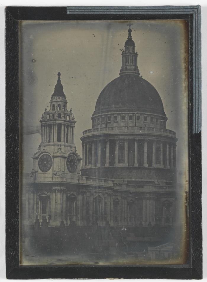 Δαγεροτυπία του Καθεδρικού Ναού του Αγίου Παύλου, ανώνυμου φωτογράφου. Η Γαλλική Ακαδημία Επιστημών χάρισε στην ανθρωπότητα την εφεύρεση του Λουί Νταγκέρ το 1839 ─ αλλά ήταν τόσο ακριβή ώστε, με την ανακάλυψη της μεθόδου υγρού κολλόδιου τη δεκαετία του 1850, η χρήση της εγκαταλείφθηκε.