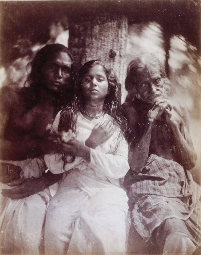 Οι χωρικοί της Καλουτάρα, 1878, Τζούλια Μάργκαρετ Κάμερον (by Julia Margaret Cameron). Η Κάμερον τράβηξε αυτό το πορτρέτο όταν ζούσε με την οικογένειά της στην Κεϋλάνη (σημερινή Σρι Λάνκα). Η πρωτότυπη λεζάντα λέει: «Ομάδα χωρικών της Καλουτάρα, το κορίτσι 12 ετών και ο άνδρας που λέει πως είναι ο πατέρας της ισχυρίζεται ότι είναι 100 χρονών».