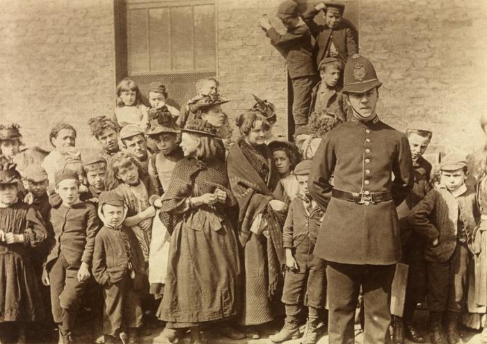 Το κοινό περιμένει να δεί την κηδεία ενός αστυνόμου, Λάμπεθ, 1892, Πωλ Μάρτιν (Paul Martin). Ο Μάρτιν ήταν πρωτοπόρος στη χρήση κρυφής φωτογραφικής μηχανής. Την κουβαλούσε πάντοτε μαζί του, κάτω απ' τη μασχάλη του, τυλιγμένη σε καφέ χαρτί ώστε να μοιάζει με δέμα.
