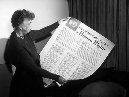 Η Ελινορ Ρούσβελτ διαβάζει τη Διακήρυξη
