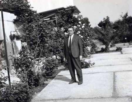 Ο πατέρας Σιδηρόπουλος έξω από το εργοστάσιό του