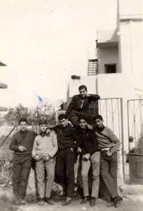 Ο Π.Σ., δεύτερος από αριστερά, με συμμαθητές του