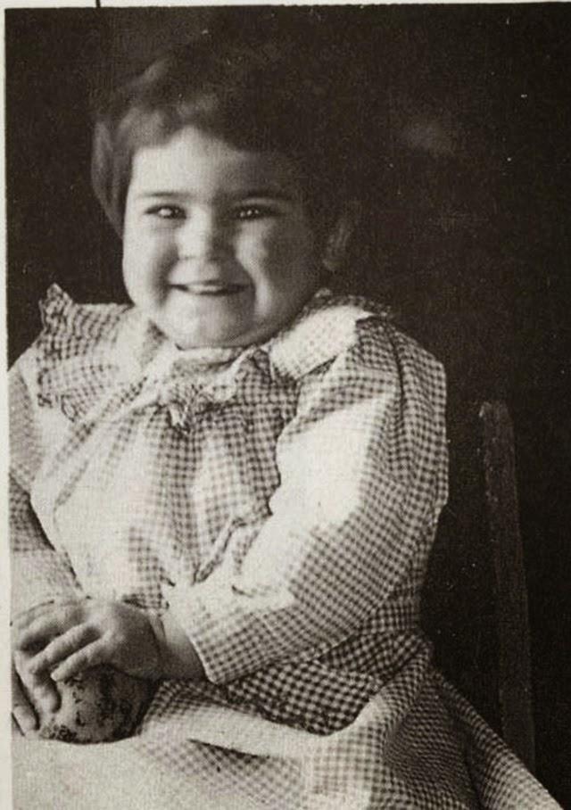 Η δίχρονη Φρίντα, κόρη ενός γερμανοεβραίου και μιας μεξικανής ινδιάνικης καταγωγής, είναι χαρωπή, παχουλή και μετά βίας αναγνωρίζεται το 1909.