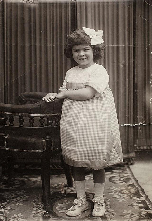 Στα τέσσερά της (1911), το βλέμα της παραμένει χαρούμενο και τρυφερό.