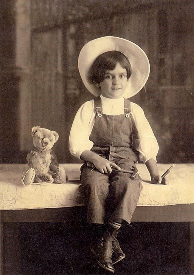 Το 1913, απεικονίζεται η αθωότητα, ετών έξι, τη χρονιά που αρρώστησε από πολιομυελίτιδα, με αποτέλεσμα το ένα της πόδι να αναπτυχθεί λιγότερο από το άλλο και να είναι ημιπαράλυτο.