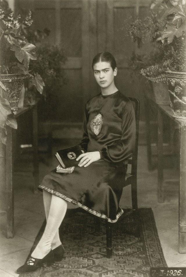 Η δεσποινίς ετών δεκαοκτώ, το 1926, τη χρονιά του τραγικού ατυχήματος, που έχει υιοθετήσει μια αγέλαστη πόζα, είναι ήδη αμετανόητα, έντονα και αναμφίβολα Φρίντα Κάλο.