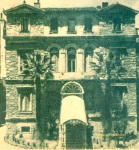 Το Μέγαρο της Κοντέσας Τζέiν Θεοτόκη στην οδό  Σωκράτους 67 (έτος κατασκευής 1844-1846·  αρχιτέκτων: Σταμάτιος Κλεάνθης). Στη θέση του χτίστηκε το ξενοδοχείο Ambassadeur, το οποίο ύστερα από είκοσι χρόνια μετατράπηκε σε εφετείο! Σήμερα είναι εγκαταλελειμμένο».