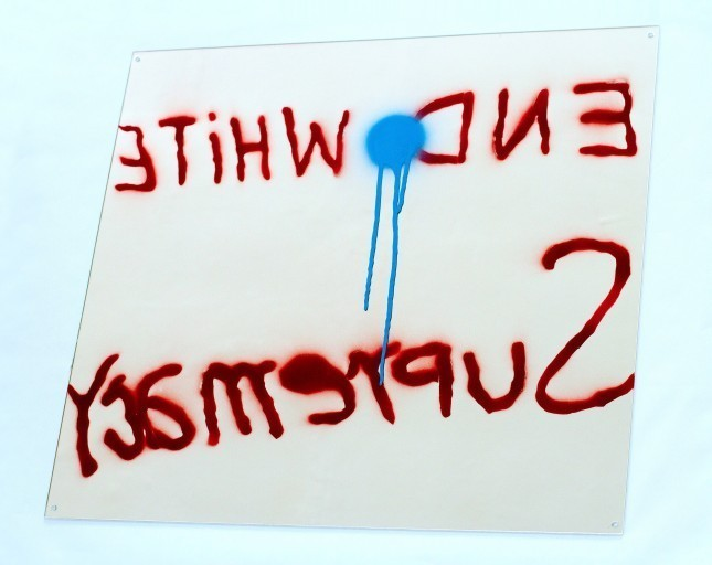 "Sam Durant, ""End White Supremacy"" (2009), σπρέι σε καθρέφτη."