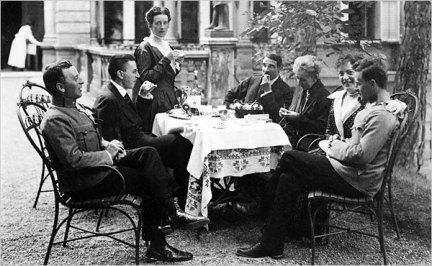 Οικογενειακό τραπέζι το 1917. Ο Πολ δεύτερος από αριστερά, ο Λούντβιχ δεξιά