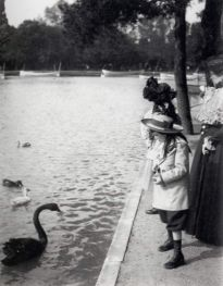 Denise and Jaques feeding the swans under strict supervision of Jeanne
